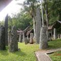 ボリ葬祭広場の石柱