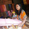 織物の村で