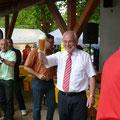 Oberbürgermeister prostet den Karnevalisten zu. PROST