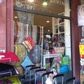 Vor unserem Laden finden Sie Taschen, Fußmatten, Postkarten und, und, und...