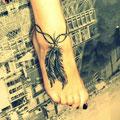 Tatouage plume et fil sur pied