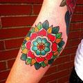 Tatouage fleur couleur bras