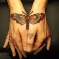 Tatouage d'un papillon sur 2 mains