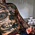 Tatouage tête de mort sur torse et ventre