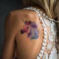 Tatouage epaule licorne femme