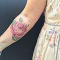 Tatouage rose canevas bras