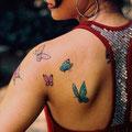 Tatouage papillons couleurs épaule