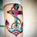 Tatouage d'une ancre multicolore