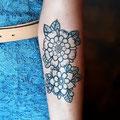 Tatouage fleurs bras design