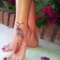 Tatouage plume couleurs pied