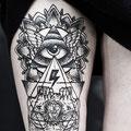 Tatouage tête de mort pyramide oeil fleurs