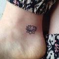 Tatouage fleur de lotus cheville femme