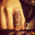 Tatouage main tête de lion