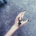 Tatouage cerf main