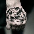 Tatouage crâne sur la main