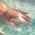 Tatouage fleur rose main femme