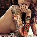 Tatouage multicolore sur le bras