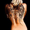 Tatouage femme ailes et croix sur le dos