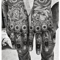 Tatouage mains yeux