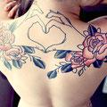 Tatouage de mains qui forment un coeur et de roses
