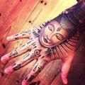 Tatouage de bouddha sur la main