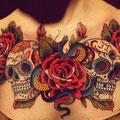 Tatouage d'une rose et de têtes de mort