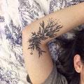 Tatouage plante fleurie bras