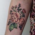 Tatouage fleurs bras femme