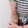 Tatouage fleur rose bras femme