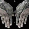 Tatouage géométrique mains