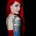 Tatouage avec des têtes de mort et des roses bleues