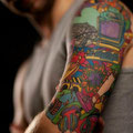 Tatouage multicolore geek avec ordi