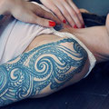 Tatouage bleu bras femme