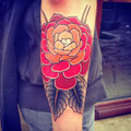 Tatouage grosse fleur rouge bras