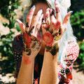 Tatouage d'insectes et fleurs sur mains