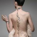 Tatouage avec des volutes et des arabesques