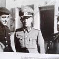 """General Rodriguez (rechts) empfängt 1943 einen deutschen Offizier aus der """"Nachbarschaft"""". Während dessen baut man Grenzbefestigungen gegen die Deutschen"""