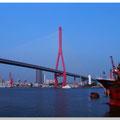 Gigantische brug over de rivier de Yangtze bij ShangHai