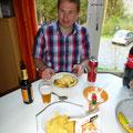 Marcel klaar voor het eten