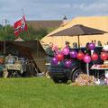 Und auch diesmal blieb die Wehrmacht zweiter Sieger, als sich ein gleichfalls authentischer Luftballonhändler vor ihrem Lager aufbaute.