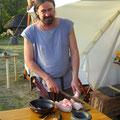 Ja, wenn er muss kann er auch kochen :-)