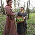 Solá und Rafarta pflücken im Wald noch schnell Wildsalat: Giersch, Brennessel, Bärlauch, Knoblauchrauke - einfach köstlich!