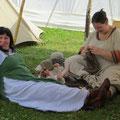 Es brauchte mehrere ausgewachsene Wikingerinnen, um den Wonneproppen zu bändigen!