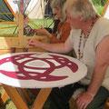 Kare kennt den Trick, auch bei trockener Hitze mit Kaseinfarben malen zu können