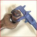 Lederobjekte, In Leder eingenähte Schraube, Mutter und Schieblehre.
