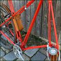Werkzeugtasche für Pedersenfahrrad, aus pflanzlich gegerbtem Leder, handgenäht, ungefärbt, patiniert, montiert an rotem Pedersenfahrrad