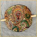 Große ovale Haarspange, punzierte Paisleys, bunt, pflanzlich gegerbtes Rindsleder, Verschluss Buchenholzstab