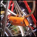 Universal Werkzeugtasche, am Fahrradlenker als Lenkertasche montiert, Ansicht von hinten.