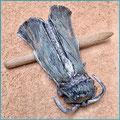 Kleine Haarspange Motte, Helltürkis mit Silber und Weiß, punziert, pflanzlich gegerbtes Leder, Verschluss Buchenholzstab