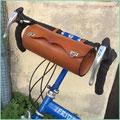 """Gebrauchte Lenkerrolle """"Universal"""", handgenäht, aus pflanzlich gegerbtem Leder, montiert an einem Bike Friday ."""